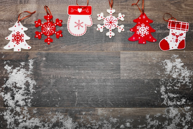 Holzboden mit schnee und weihnachtsdekoration