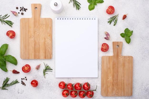 Holzboden und notizbuch auf dem tisch