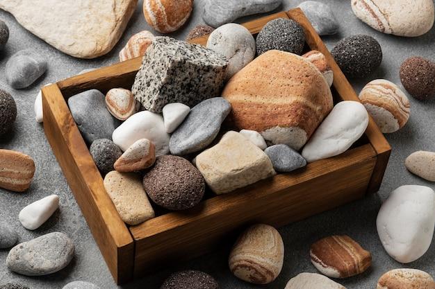 Holzbogen mit steinen