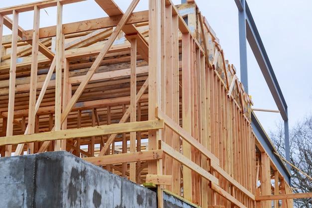 Holzbohlen sind fertig für den bau eines daches.