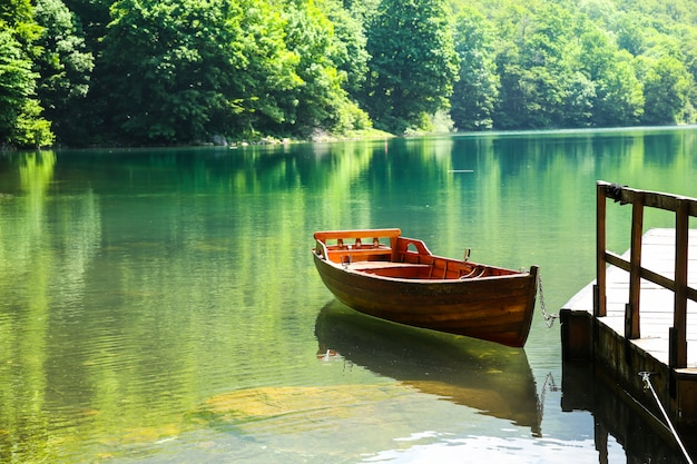 Holzboot auf bergsee