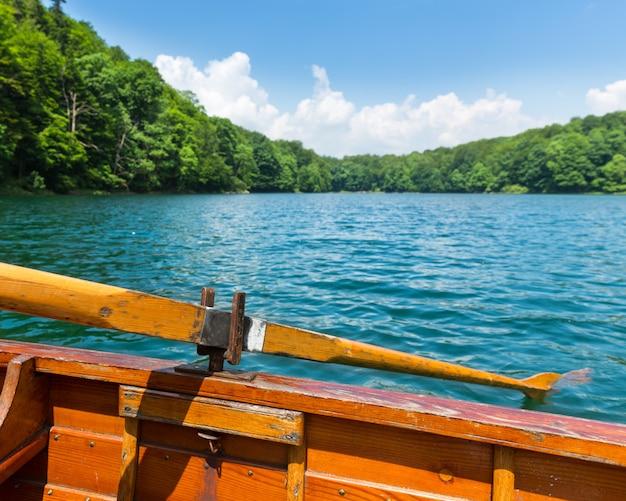 Holzboot auf dem see
