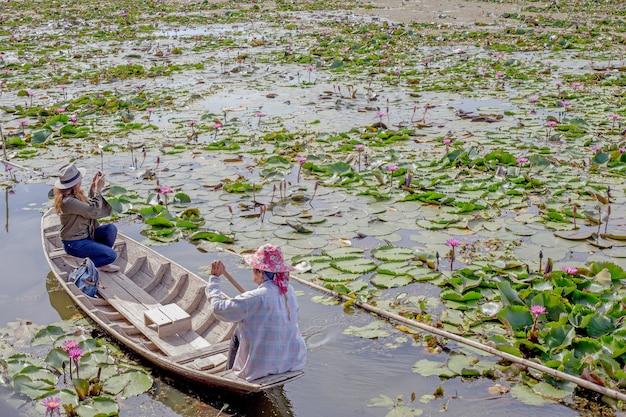 Holzboot schwimmend im lotusteich