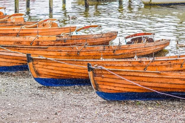 Holzboote am strand am windermere lake im lake district, windermere, lake district