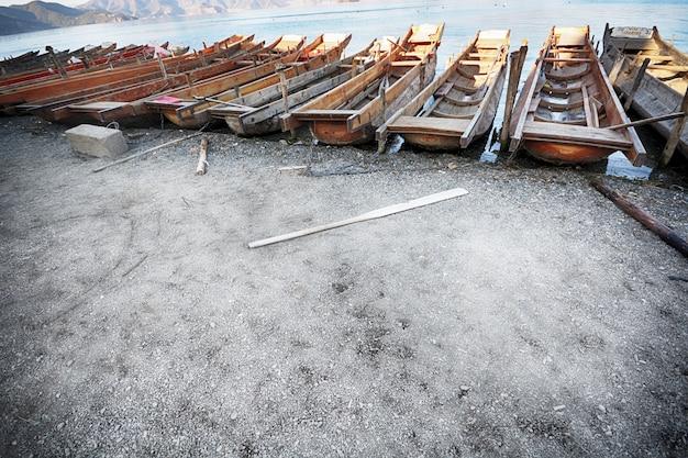Holzboote am ufer geparkt