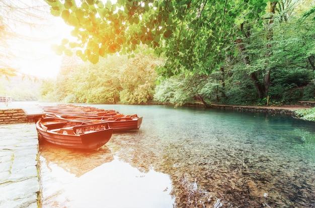 Holzboote auf plitvicer seen in kroatien