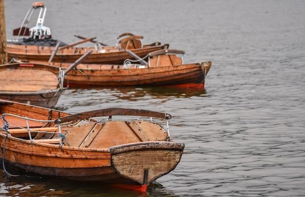 Holzboote halten auf dem wasser in windermere lake