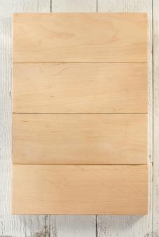Holzbrett auf holzhintergrund