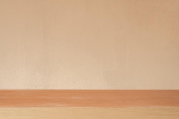 Holzbrett leer tisch vor zement wand hintergrund - kann für die anzeige oder montage ihrer produkte verwendet werden.mock up für die anzeige des produkts.