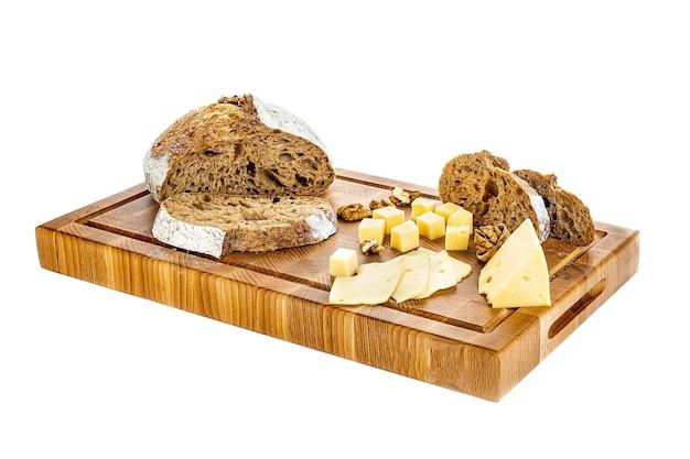 Holzbrett mit brot und leckerem käse auf weißem hintergrund.