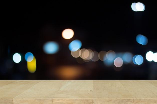 Holzbrett mit defocused stadt nacht gefiltert bokeh abstrakten hintergrund.
