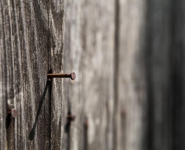 Holzbrett mit einem rostigen nagel
