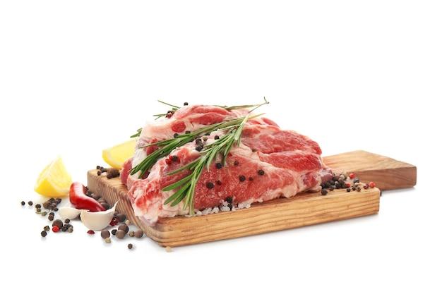 Holzbrett mit frischem rohem fleisch und rosmarin