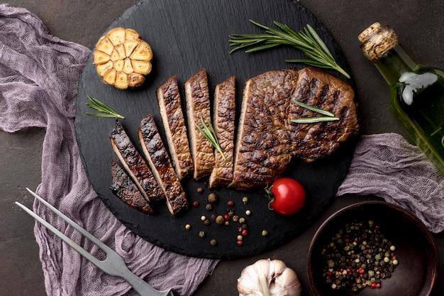 Holzbrett mit gekochtem fleisch auf dem schreibtisch