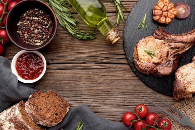 Holzbrett mit gekochtem fleisch und rahmen