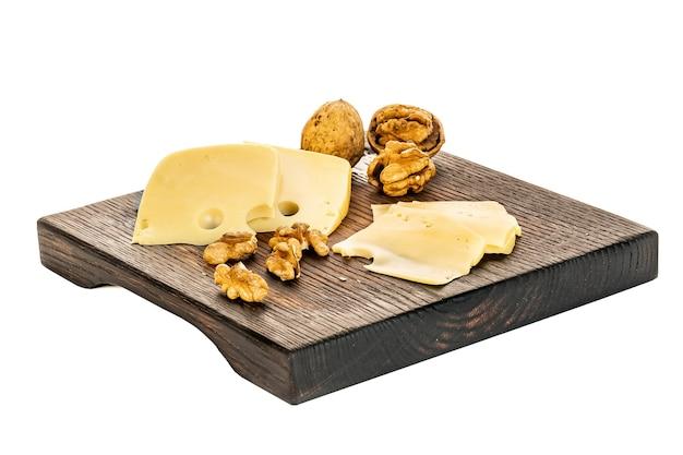 Holzbrett mit leckerem käse auf weißem hintergrund.