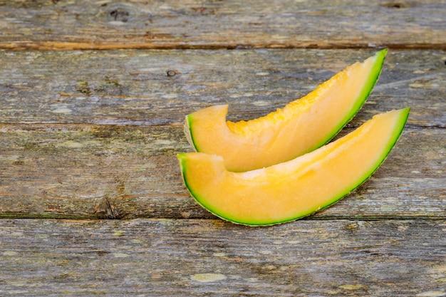 Holzbrett mit leckeren melonenscheiben auf dem tisch