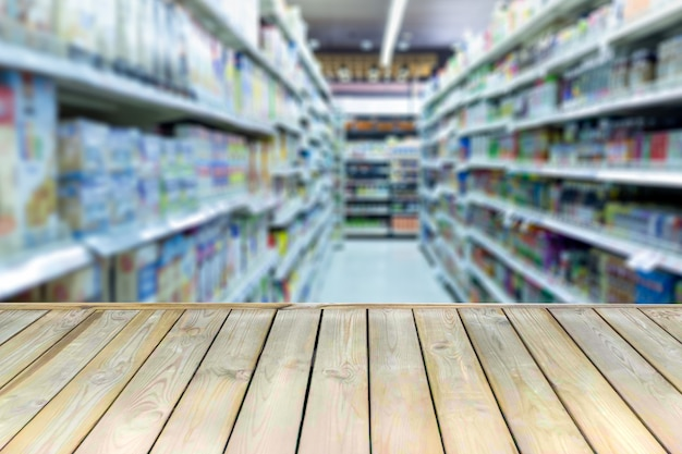 Holzbrett mit leerer tabelle unscharfes einkaufszentrum.