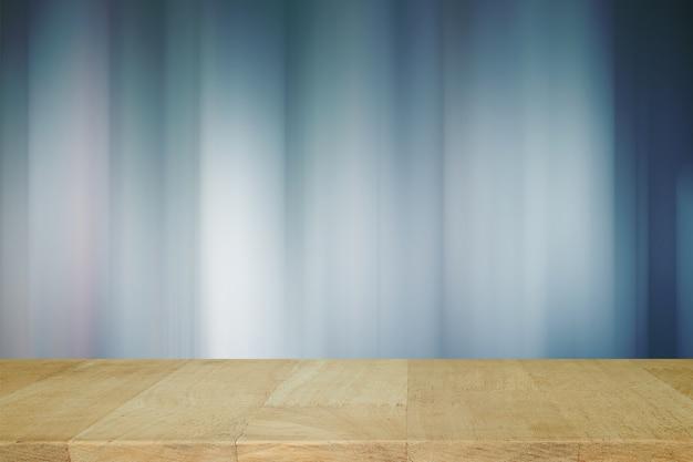 Holzbrett mit verschwommenen lichter auf blauem hintergrund oder lichter auf blauem hintergrund.