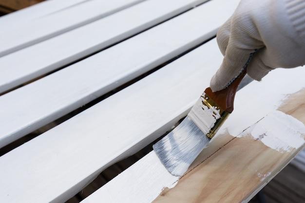 Holzbretter mit der weißen farbe streichen