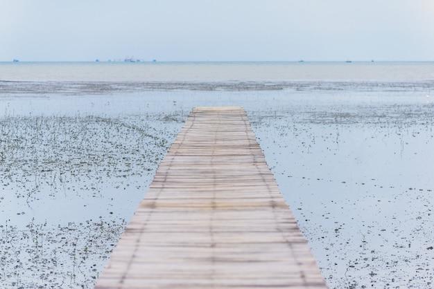 Holzbrücke auf schlamm