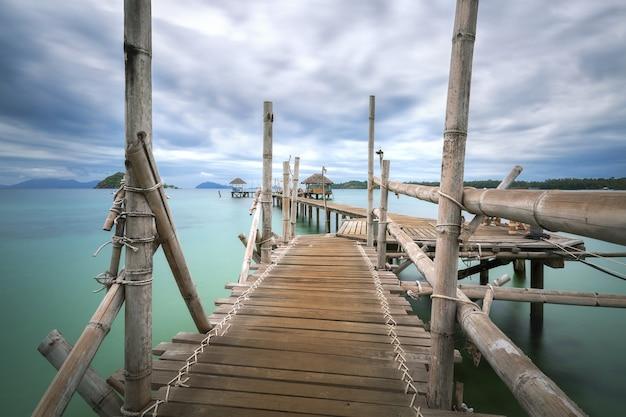 Holzbrücke auf see