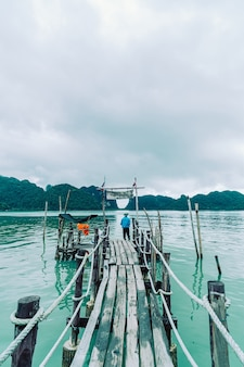 Holzbrücke bei talet bay in khanom, nakhon sri thammarat