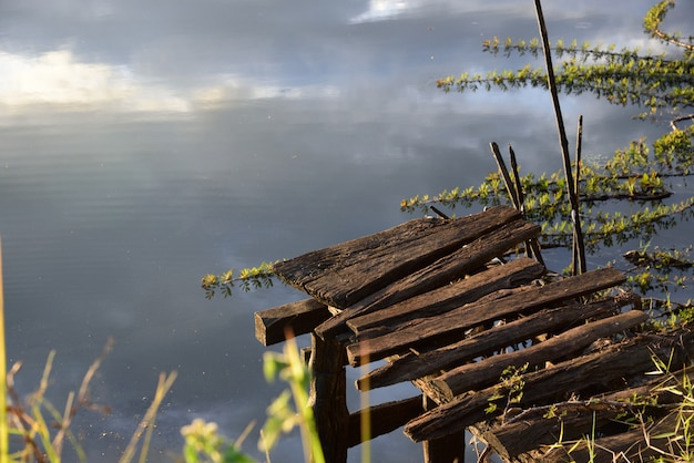 Holzbrücke im fluss