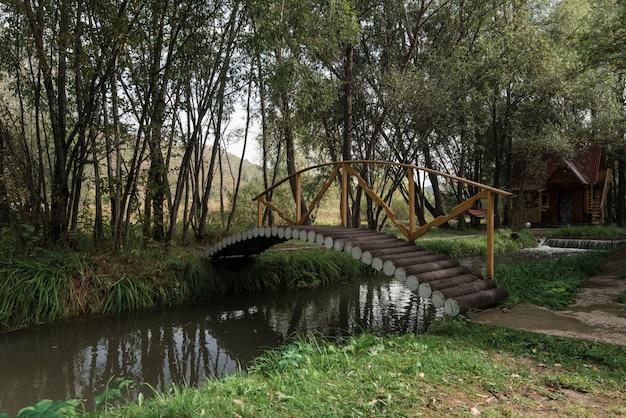 Holzbrücke in einem garten