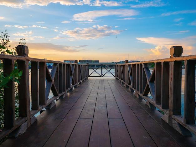 Holzbrücke mit schönem himmel