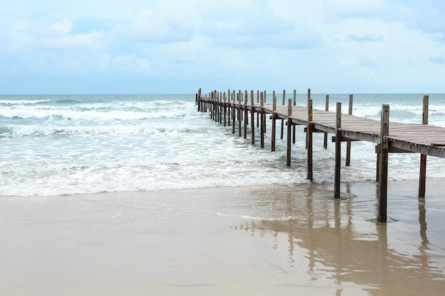 Holzbrücke über das meer. reise und urlaub. freiheits-konzept. kood-insel in der trad-provinz, thailändisch
