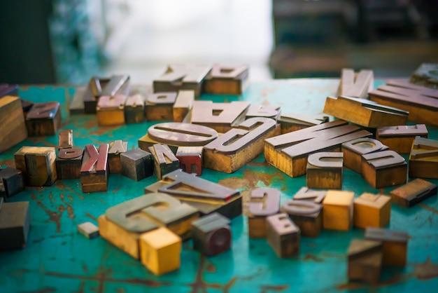 Holzbuchstaben auf dem tischdesigner