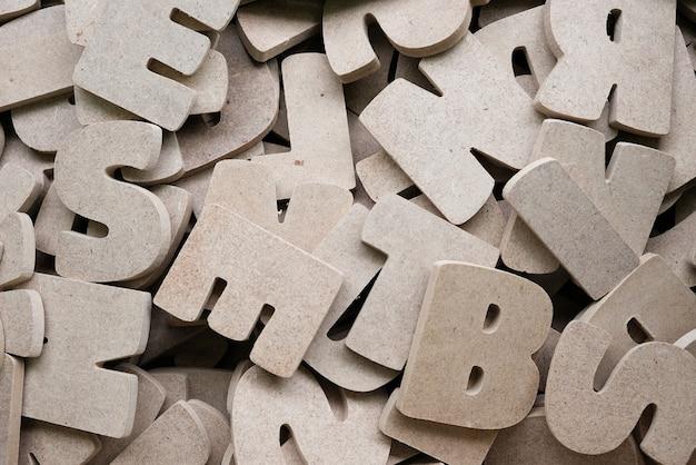 Holzbuchstaben des englischen alphabets zum verkauf im holzladen