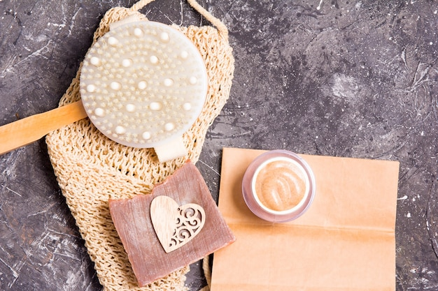 Holzbürste mit naturborsten für trockenmassage gegen cellulite, körperpeeling, haushaltsseife, gestrickter waschlappen