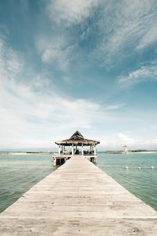 Holzdeck auf dem meer unter bewölktem himmel