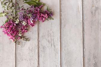 Hölzerne Oberfläche mit Blumenschmuck