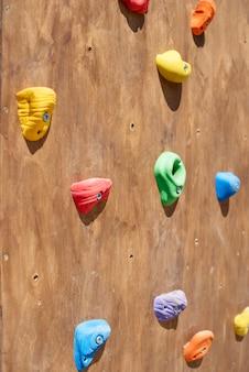 Hölzerne Wand für nahes Klettern.
