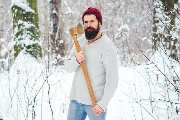 Holzfäller des bärtigen mannes im verschneiten winterwald