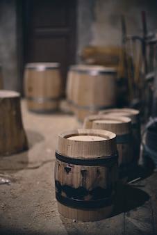 Holzfässer im alten keller im weingut. weinfässer mit stahlring