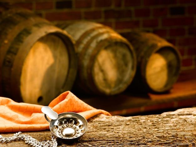 Holzfässer in einem weinverkostungskeller