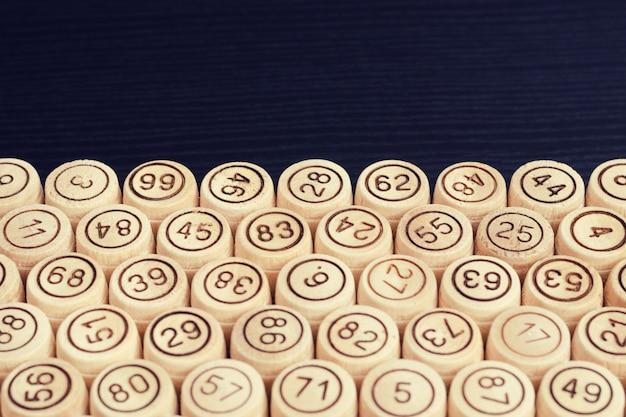 Holzfässer lotto am rande des schwarzen tisches. copyspace