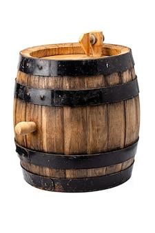 Holzfass für alkoholgetränke, die auf weißem hintergrund isoliert enthalten