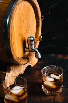 Holzfass und gläser whisky.