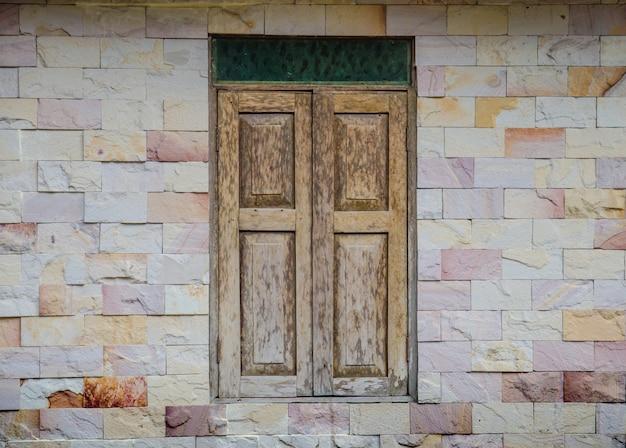 Holzfenster auf steinmauer