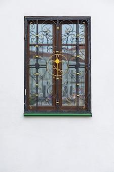 Holzfenster mit schmiedeeisenkreuz