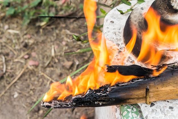 Holzfeuer-nahaufnahme hölzerne rauchfeuernahaufnahme