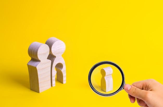 Holzfiguren eines mannes und einer frau mit leerem körperinneren in form eines kindes
