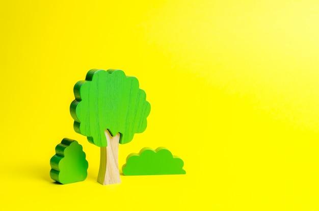 Holzfiguren von bäumen und büschen