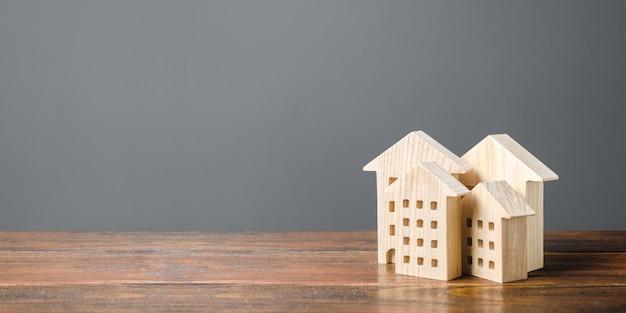 Holzfiguren von wohngebäuden. erschwingliche komfortable unterkunft.
