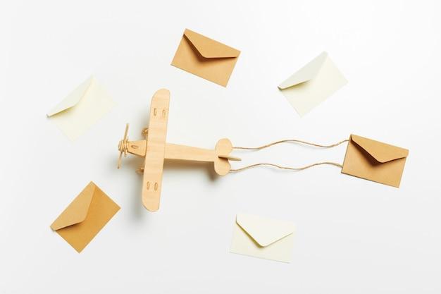 Holzflugzeug und brief